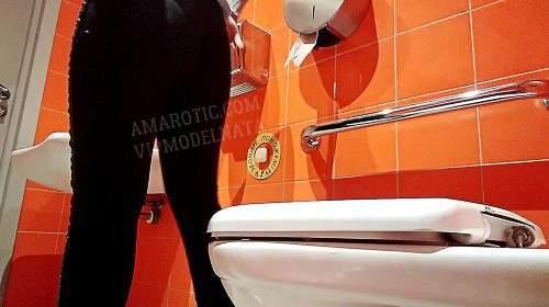 Olga in einer öffentlichen Toilette