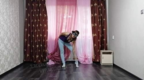 Olga pinkelt in Jeans und Posen