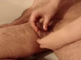 Handjob in der badewanne