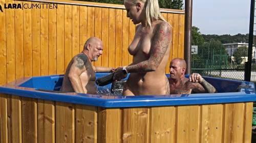 Dreister PISS in den Pool | Eine Zunge in den Arsch, eine Zunge in die Fotze...