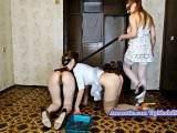 Alice hat zwei Sklaven an der Leine