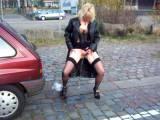outdoor pissing vor dem auto