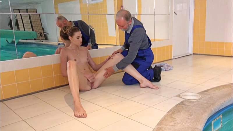 devushka-soblaznila-chistilshika-basseyna-foto-seks-v-tualete-samie-luchshie