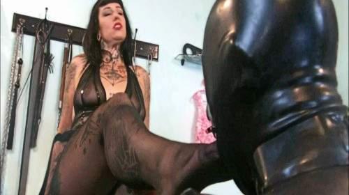 2 Sklaven für Domina Lady Vampira Teil 4 – Fussduft für die Rotzfresse
