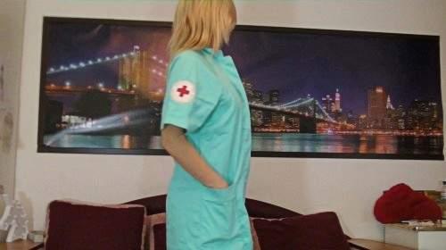 Christina im sexy Krankenschwester Outfit