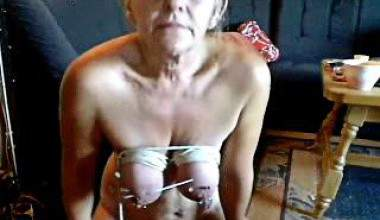 Titten aufgehängt den an Blonde Sklavin