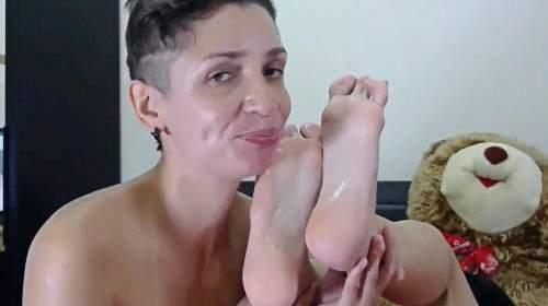 Blowjob mit Footjob und Sperma von den Füßen lecken
