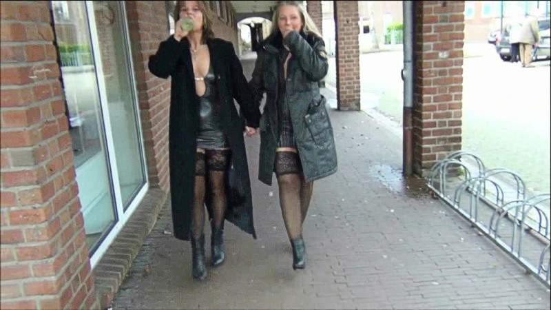 RosellaExtrem - Public in der Stadt abgepisst mit Freundin!
