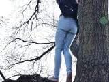 Pisse aus der Höhe im Wald