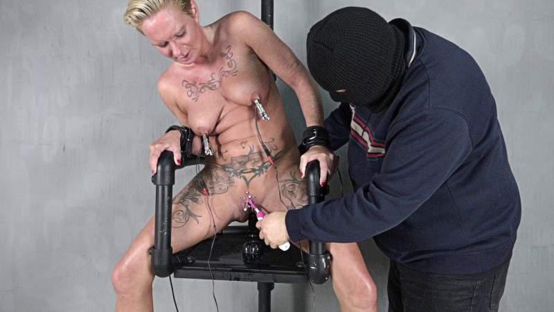 blondinku-porno-video-elektricheskiy-stul-odnovremenno-porno-video